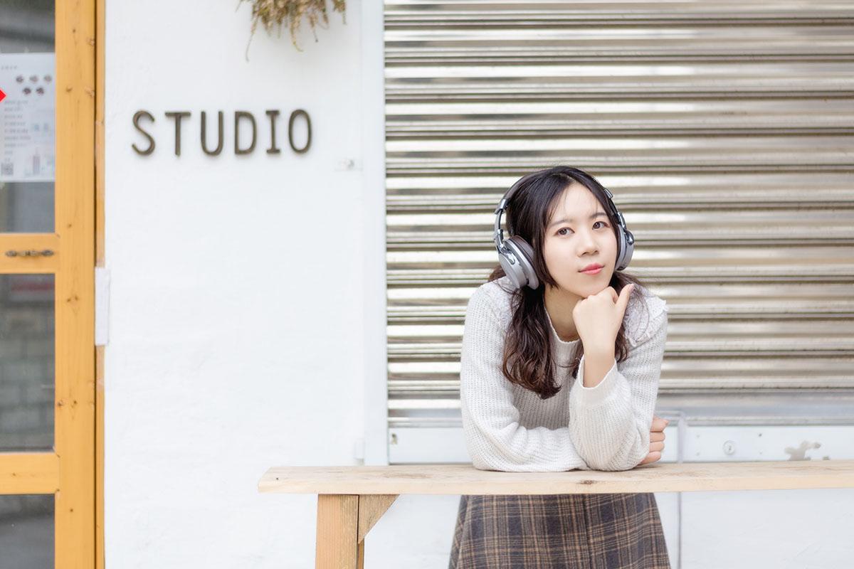 ヘッドフォンで音楽を聴きながら日本での生活を楽しむ