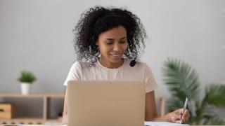 パソコンで学習する外国人