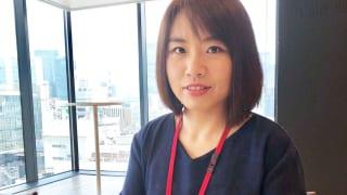 オフィスで働く中国人女性