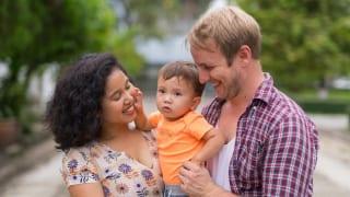 笑顔の外国人の家族