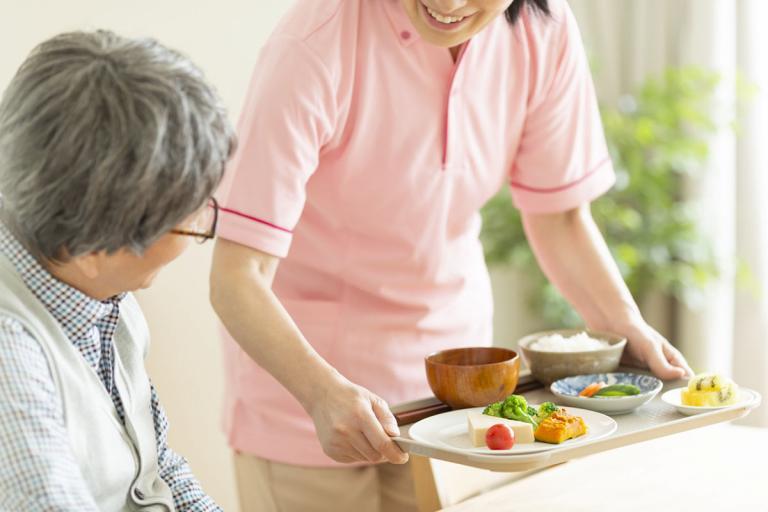 介護士と介護される高齢者